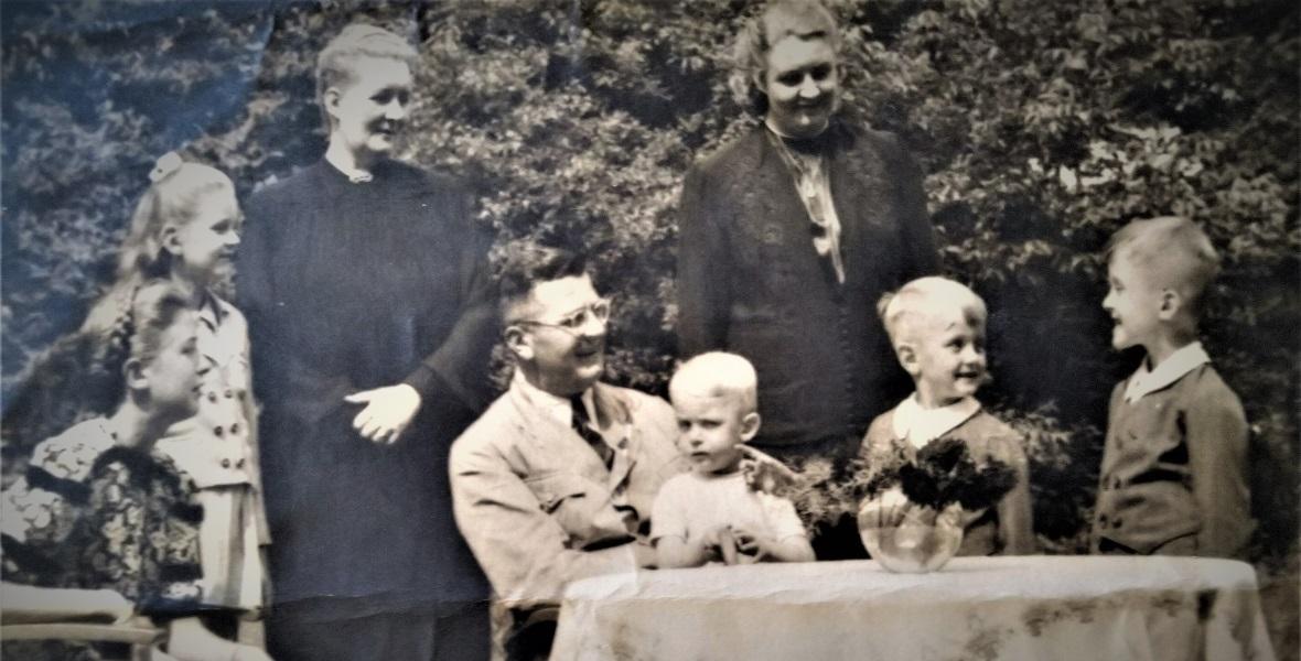 W ogrodzie w Burgweide: od l. córka Ines, Ilse, żona Ruth, Bach-Żelewski z najmłodszym synem Eberhardem, najstarsza córka Gisela, Ludolf i Heinrich. Zdjęcie pochodzi prawdopodobnie z 1943 r.