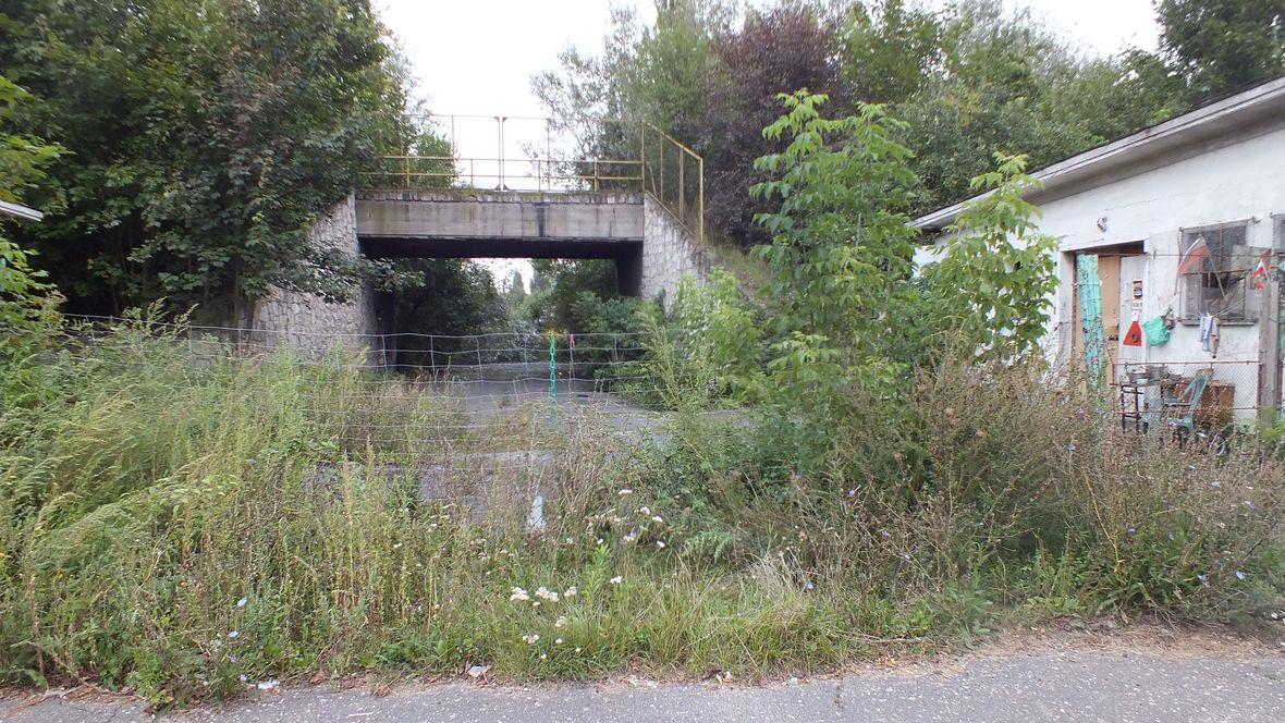 Stara brama wjazdowa na obiekt, budynki zajęli bezdomni