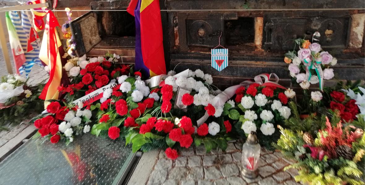 Kwiaty przy piecu w byłym krematorium