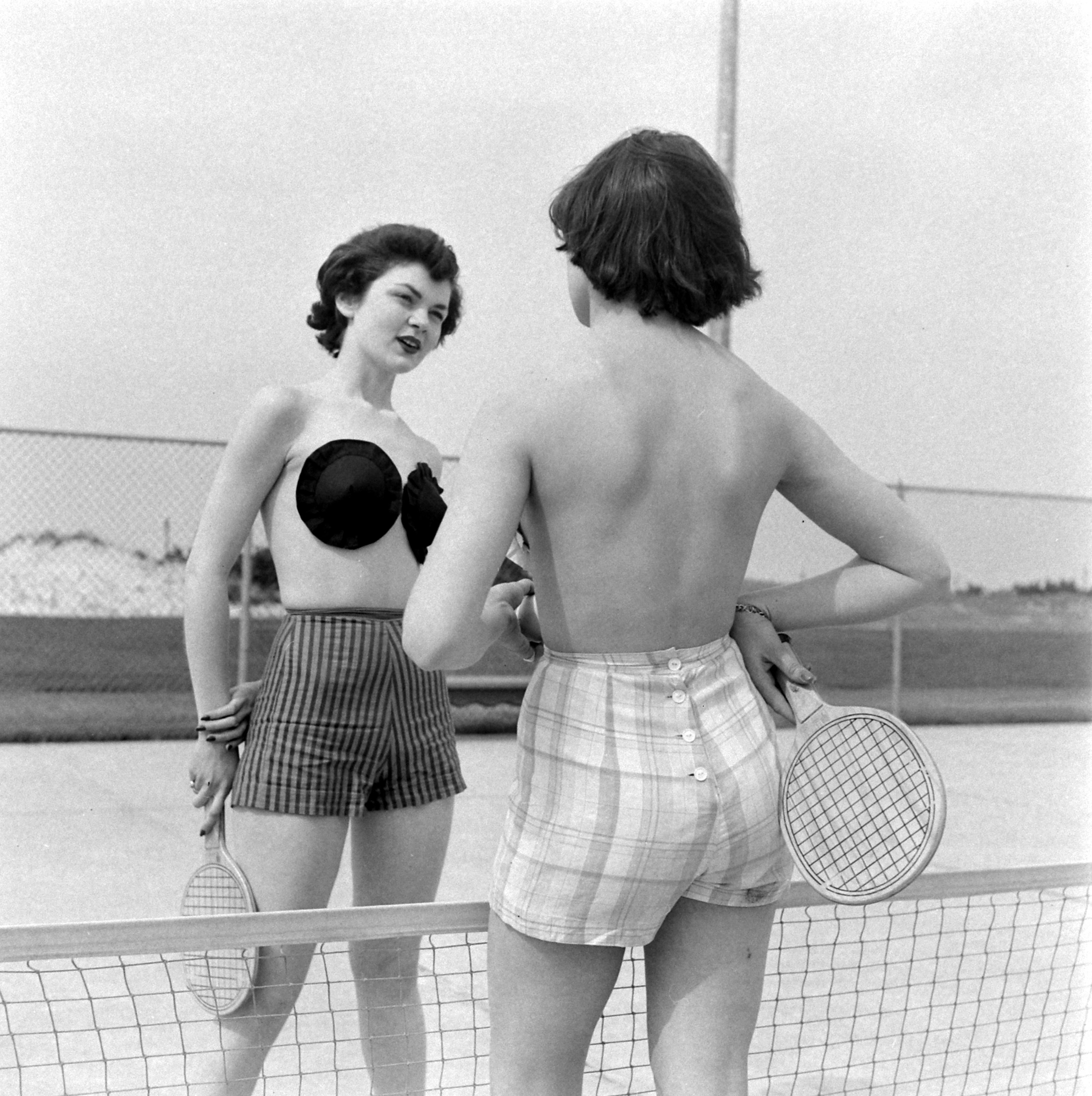 Modelki udające tenisistki na sesji zdjęciowej w 1949 r.