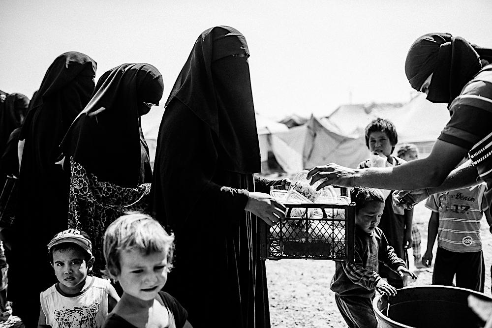 Część kobiet przyjechała do mężów bojowników z Europy.