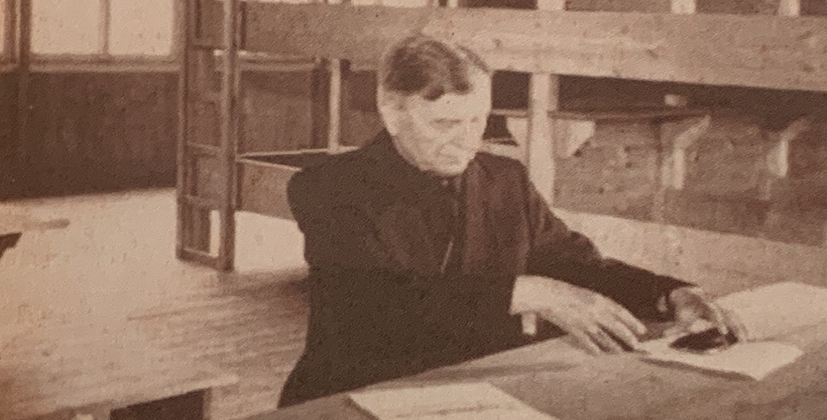 Ks. Majdański na terenie byłego obozu koncentracyjnego w Dachau