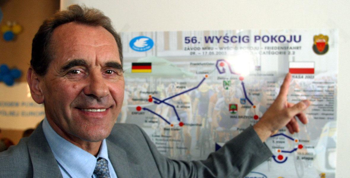 Ryszard Szurkowski prezentuje trasę 56. Wyścigu Pokoju na konferencji prasowej w 2003 roku.