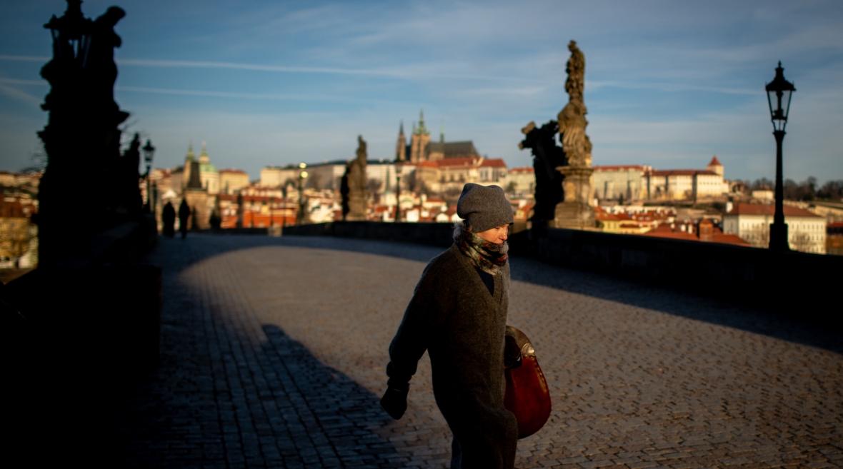 Most Karola w Pradze, zwykle pełen ludzi, w czasie pandemii koronawirusa kompletnie opustoszał
