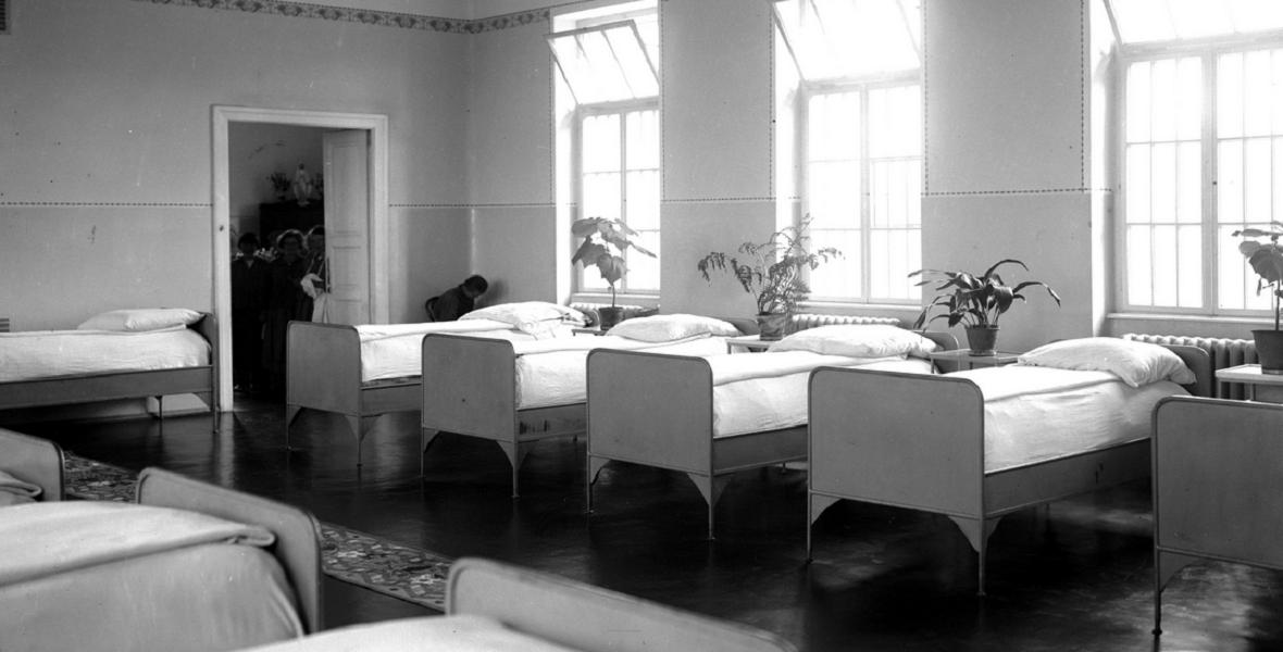 Wnętrze sypialni oddziału kobiecego. Sierpień 1927