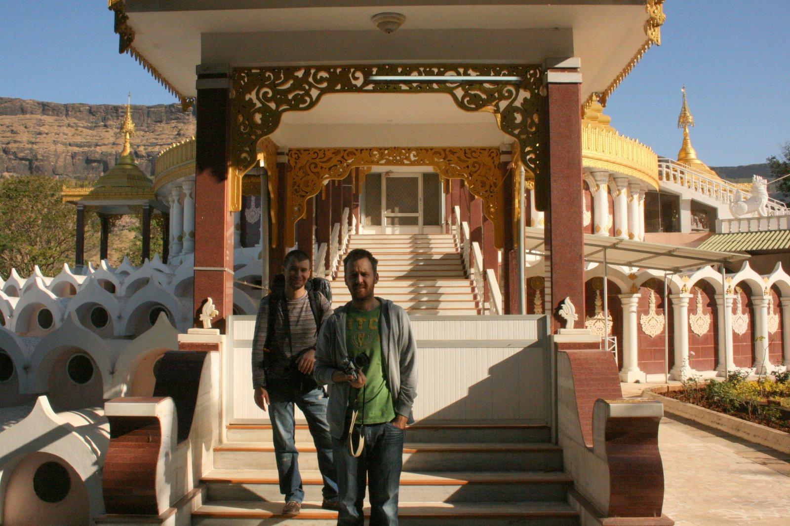 Michał Kiciński (po lewej) i Marcin Iwiński (po prawej) podczas pierwszej podróży do osrodka Dhamma Giri w Indiach