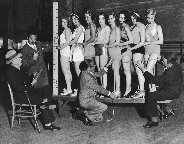 Mierzenie nóg modelek. 1935 r.