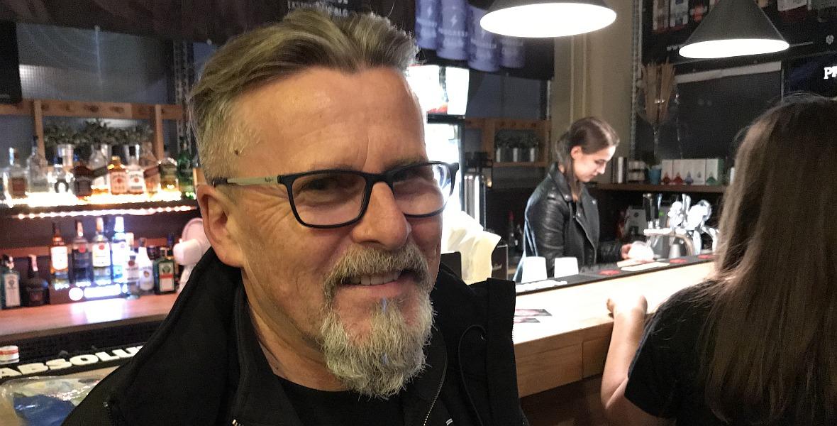 Marek Laskowski przy barze