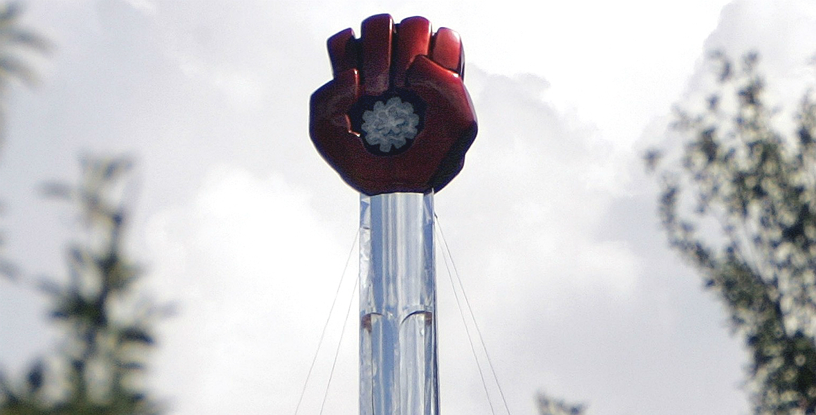 Czerwona pięść ściska meskalinę - pomnik dla Huntera