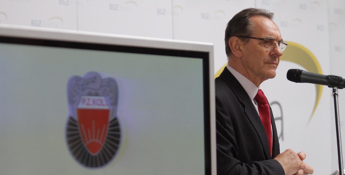 Prezes Polskiego Związku Kolarskiego Ryszard Szurkowski  na zjeździe delegatów w Pruszkowie w 2011 roku.