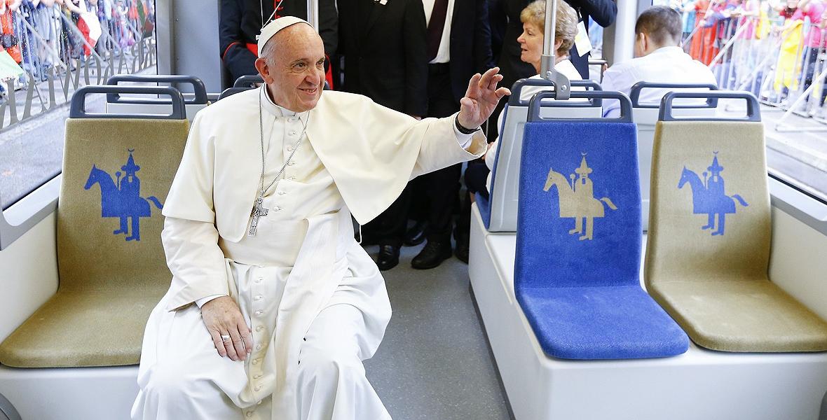 Franciszek podróżuje tramwajem