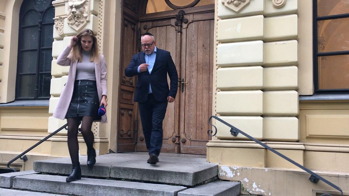 Reporterka Karolina Rogaska i Lesław Piszewski przed synagogą Nożyków