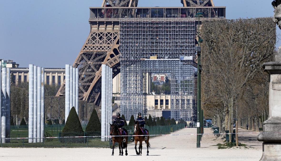 Francja wdrożyła drastyczne środki przeciwko epidemii koronawirusa. Na zdjęciu patrol policji pod Wieżą Eiffla