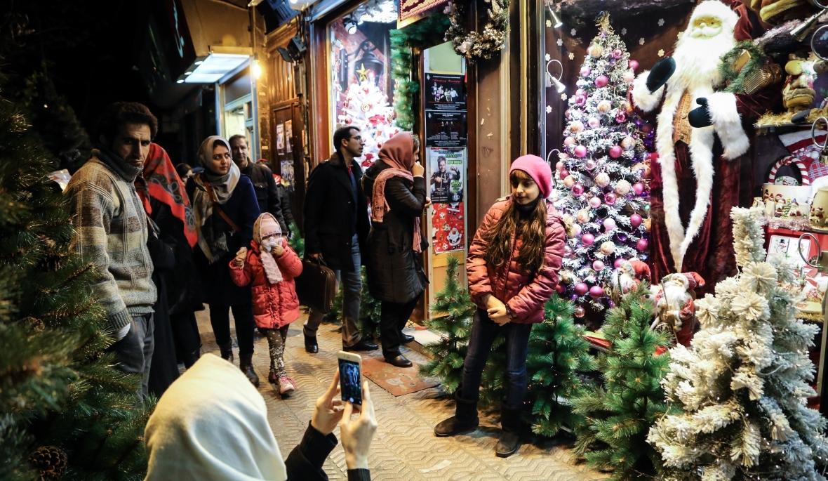 Dziewczynka pozuje przed bożonarodzeniowymi dekoracjami sklepu w Teheranie. Dzielnica Mirzayeh Shirazi jest zamieszkana głównie przez chrześcijańskich Ormian