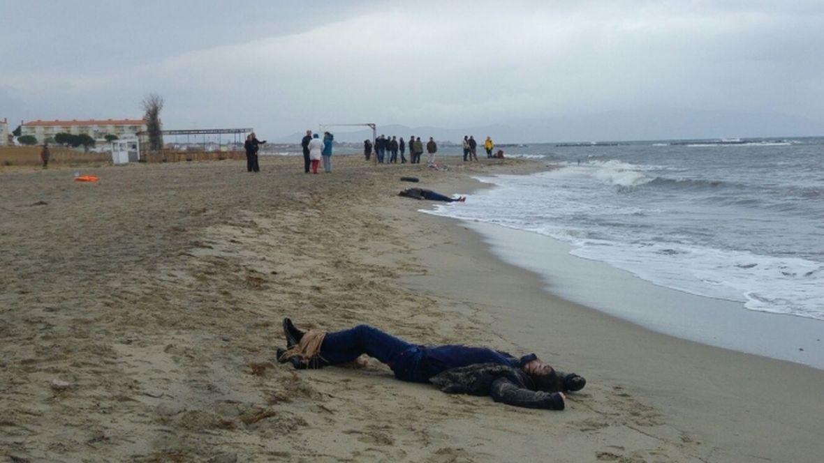 Wybrzeże w dystrykcie Dikili. Morze wyrzuca ciała uchodźców na brzeg. Tak jest ciągle - mówią mieszkańcy