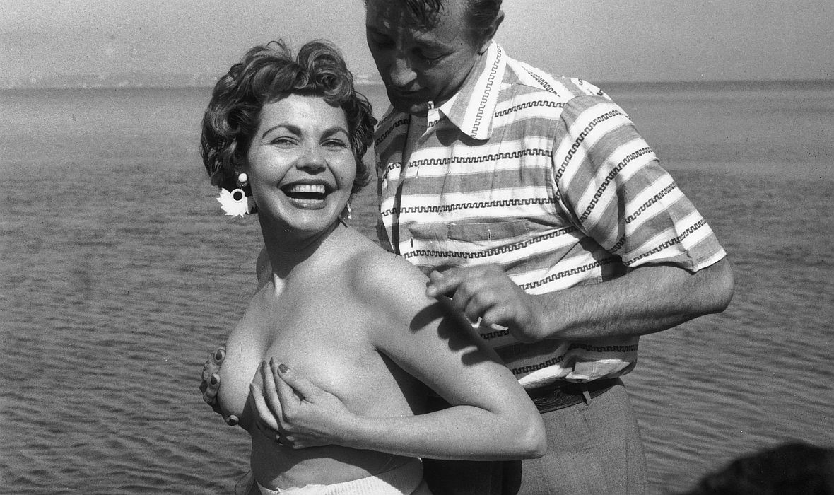 Simone Silva i Robert Mitchum na plaży w Cannes