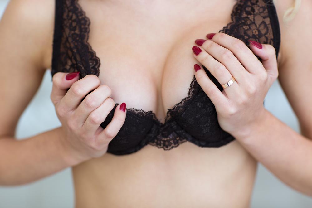 Раздень девушку упрямая грудь фото порно