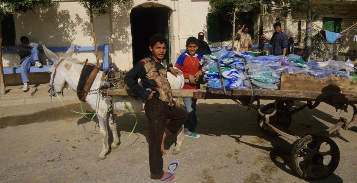 Uliczni sprzedawcy plastikowych klapek w Egipcie