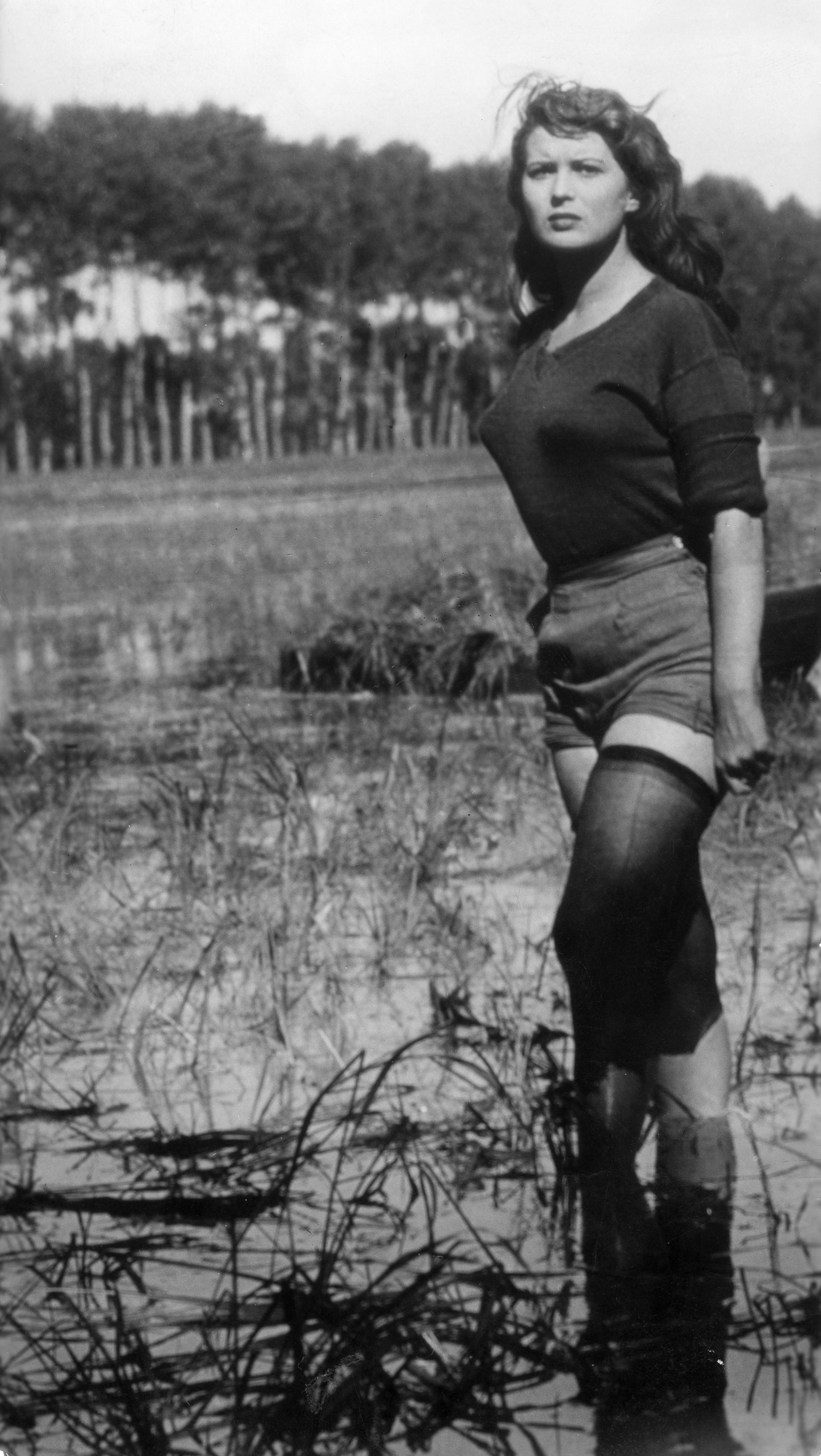 """Silvana Mangano na planie filmu """"Gorzki ryż"""" w 1949 r."""