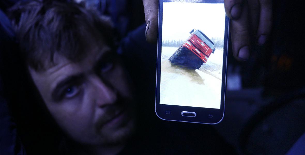 - Kierowca tej ciężarówki miał szczęście, mówi Rusłan. - Gdyby zapadł się przód, to zdjęcie by nie powstało.