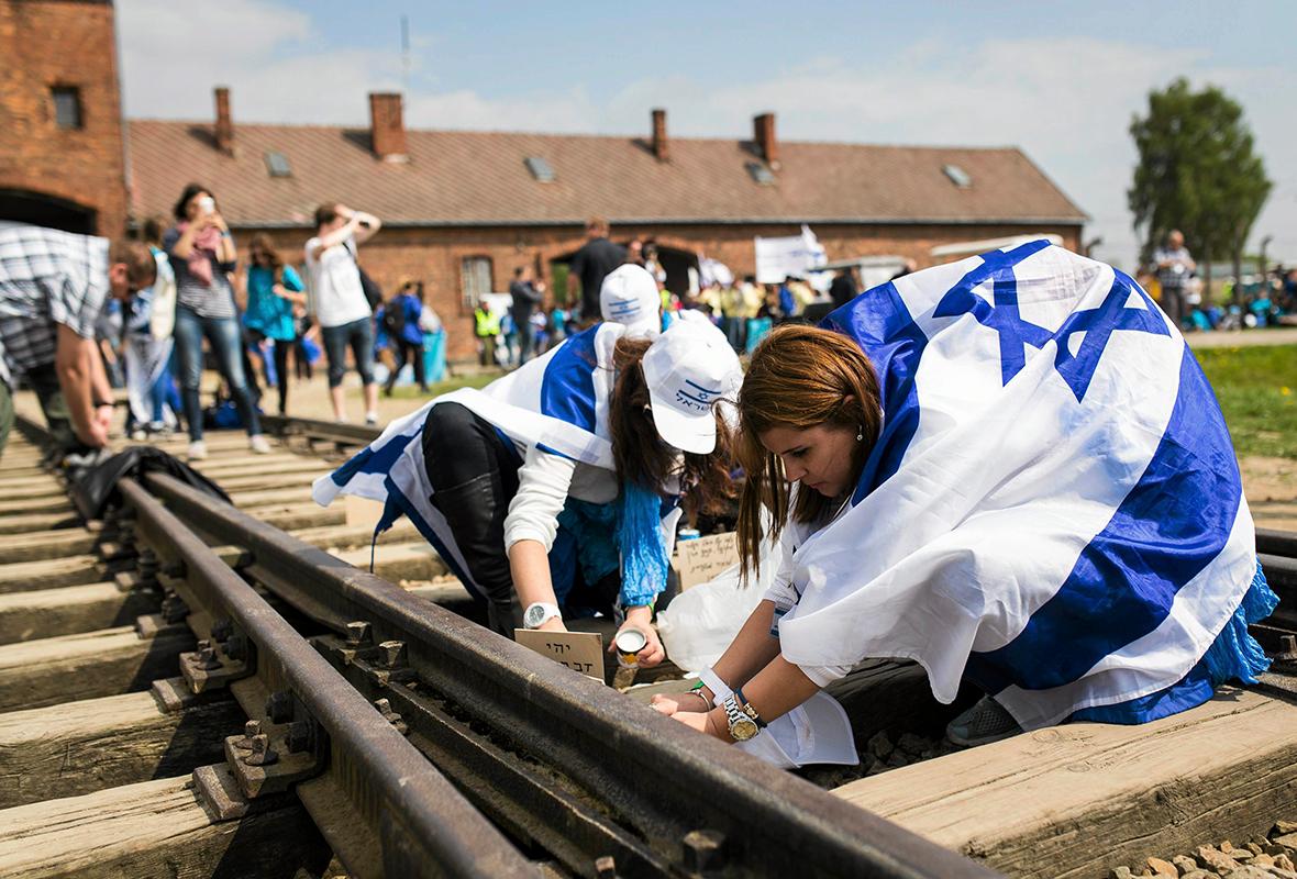 Uczestnicy Marszu Żywych w drodze z Byłego Niemieckiego Nazistowskiego Obozu KL Auschwitz do Obozu KL Birkenau