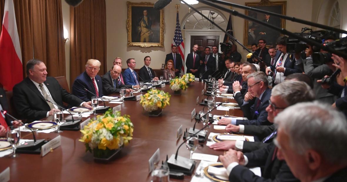 Waszyngton, 12.06.2019 r. Rozmowy polsko-amerykańskie pod przewodnictwem prezydenta USA Donalda Trumpa (2L) i prezydenta RP Andrzeja Dudy (5P)