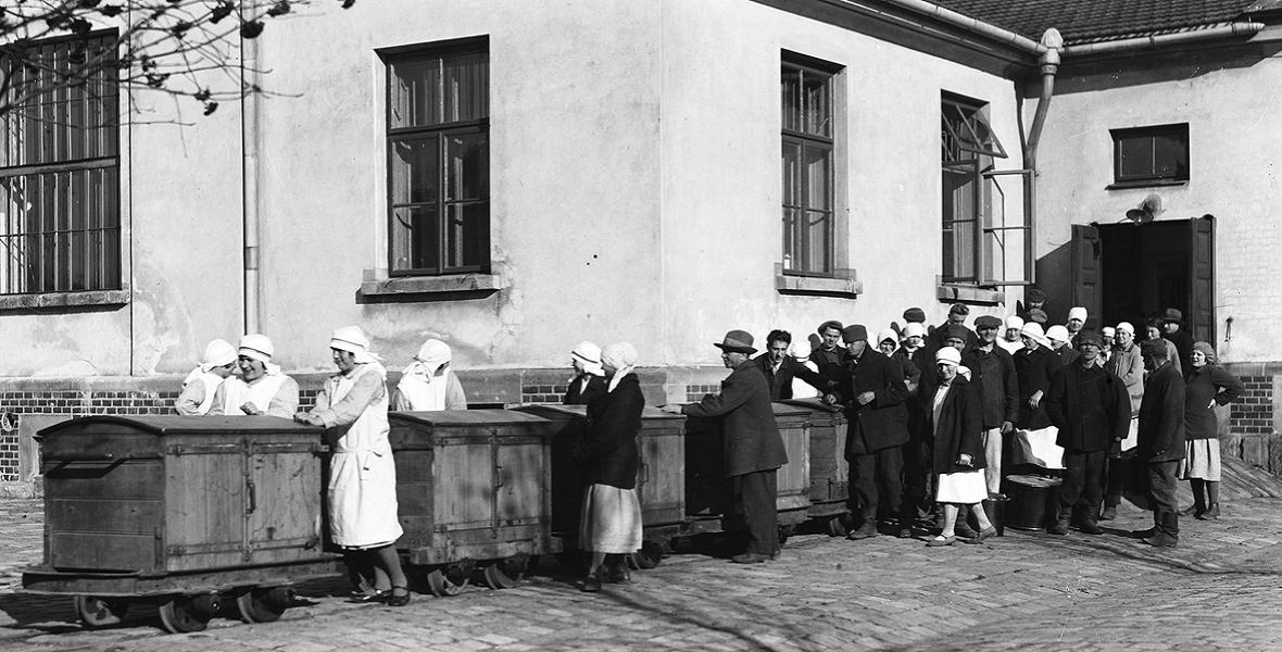 Pacjenci szpitala podczas pracy. Listopad, 1931