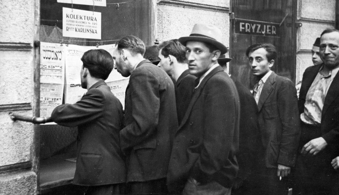 Warszawiacy czytają hitlerowskie ultimatum: kapitulacja labo inwazja