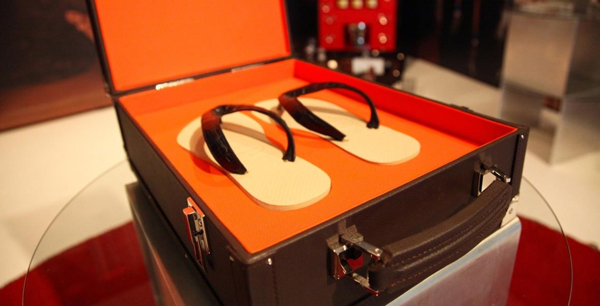 Klapki słynnej firmy Havaianas, model zaprojektowany przez Pinel&Pinel - dostępny tylko dla osób z grubym portfelem. Ich cena to 450 euro za parę.