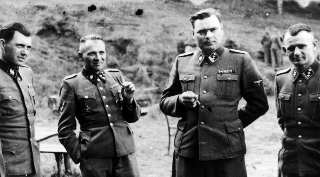 Od lewej: doktor Josef Mengele; Rudolf Hoess, komendant obozu w Auschwitz; Josef Kramer, komendant obozów koncentracyjnych Natzweiler-Struthof, Auschwitz II i Bergen-Belsen; niezidentyfikowany niemiecki oficer.