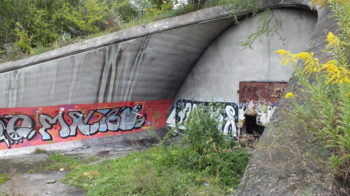 Zdemolowane wejście na płytę boiska