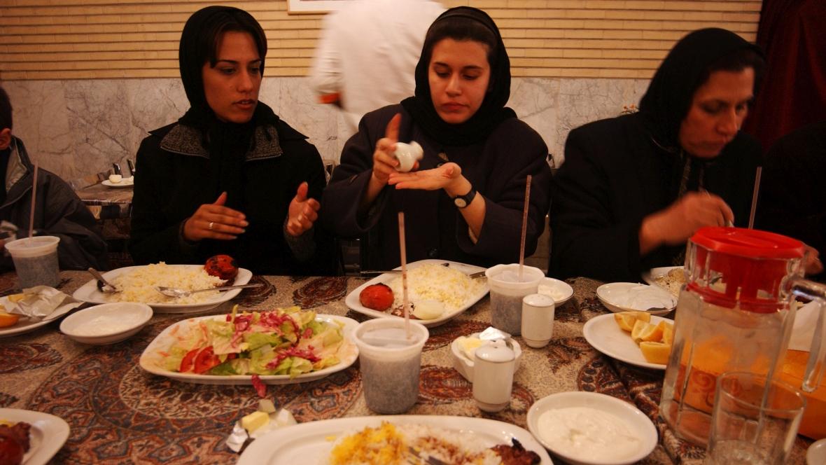 Młode iranki na obiedzie z rodziną, Teheran, 2003 r.