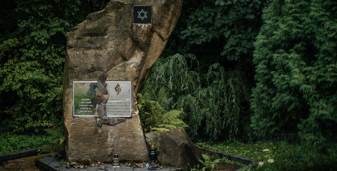 Pomnik zamordowanych w Szeparowcach Żydów. Za nim las, w którym byli rozstrzeliwani.