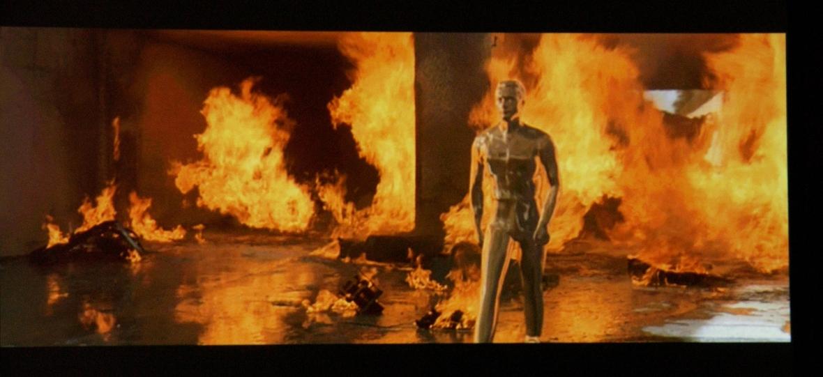 """Scena z """"Terminatora 2"""": robot odbudowuje swoją strukturę po ataku ogniem"""