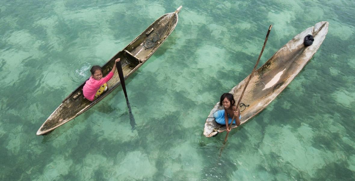 Dwójka przedstawicieli ludu Bajau, który potrafi wytrzymać pod wodą więcej, niż inni ludzie