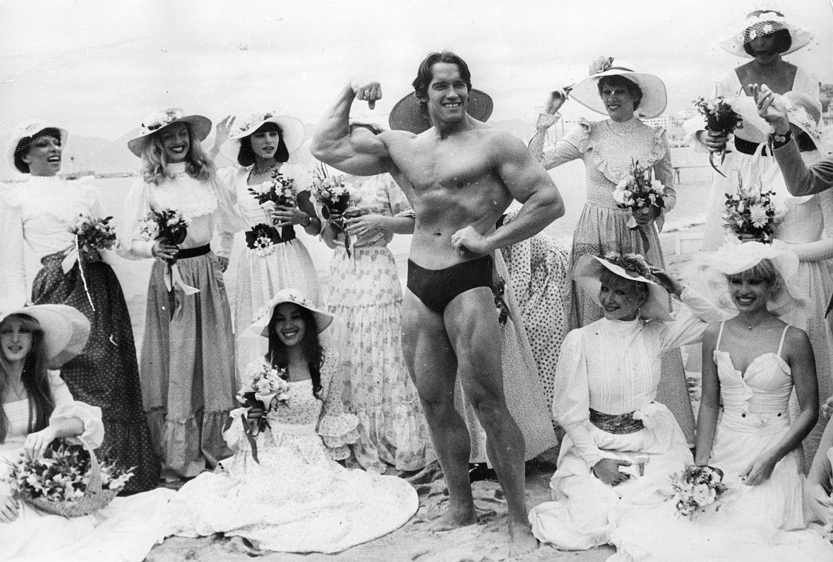 Arnold Schwarzenegger w otoczeniu pięknych kobiet. W Cannes oczywiście