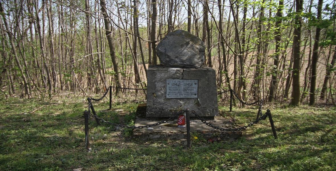 Pomnik upamiętniający Żydów rozstrzelanych nieopodal pruchnickiego cmentarza.