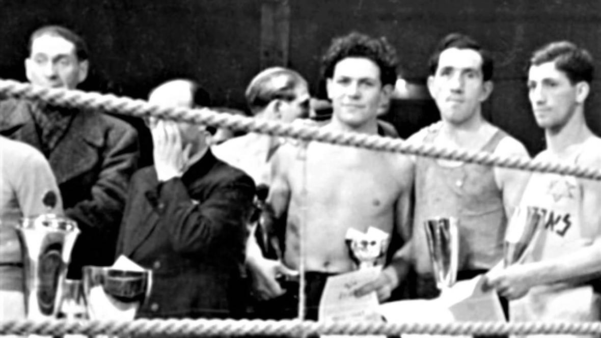 Harry Haft w latach kariery bokserskiej. Na zdjęciu trzeci od prawej