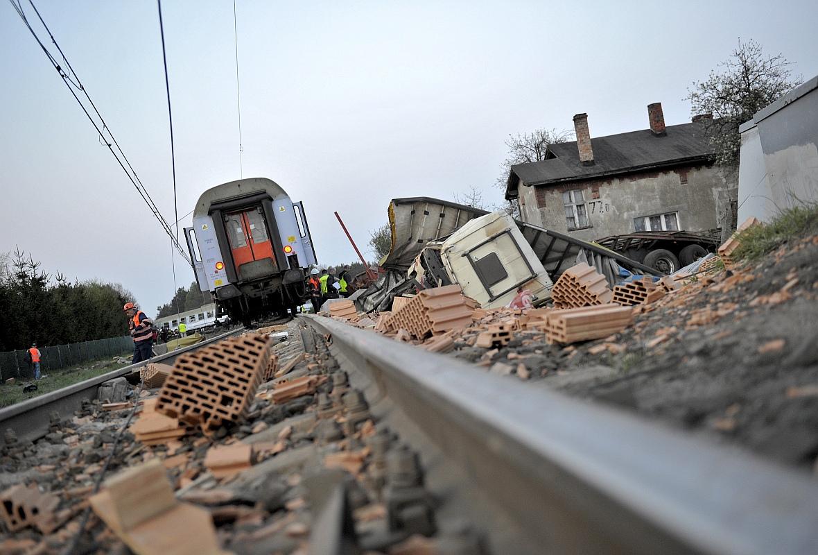 Miejsce zderzenia pociągu osobowego z ciężarówką na niestrzeżonym przejeździe kolejowym w Mostach koło Lęborka, kwiecień 2011 r. W wypadku zginęły dwie osoby, 20 zostało rannych.