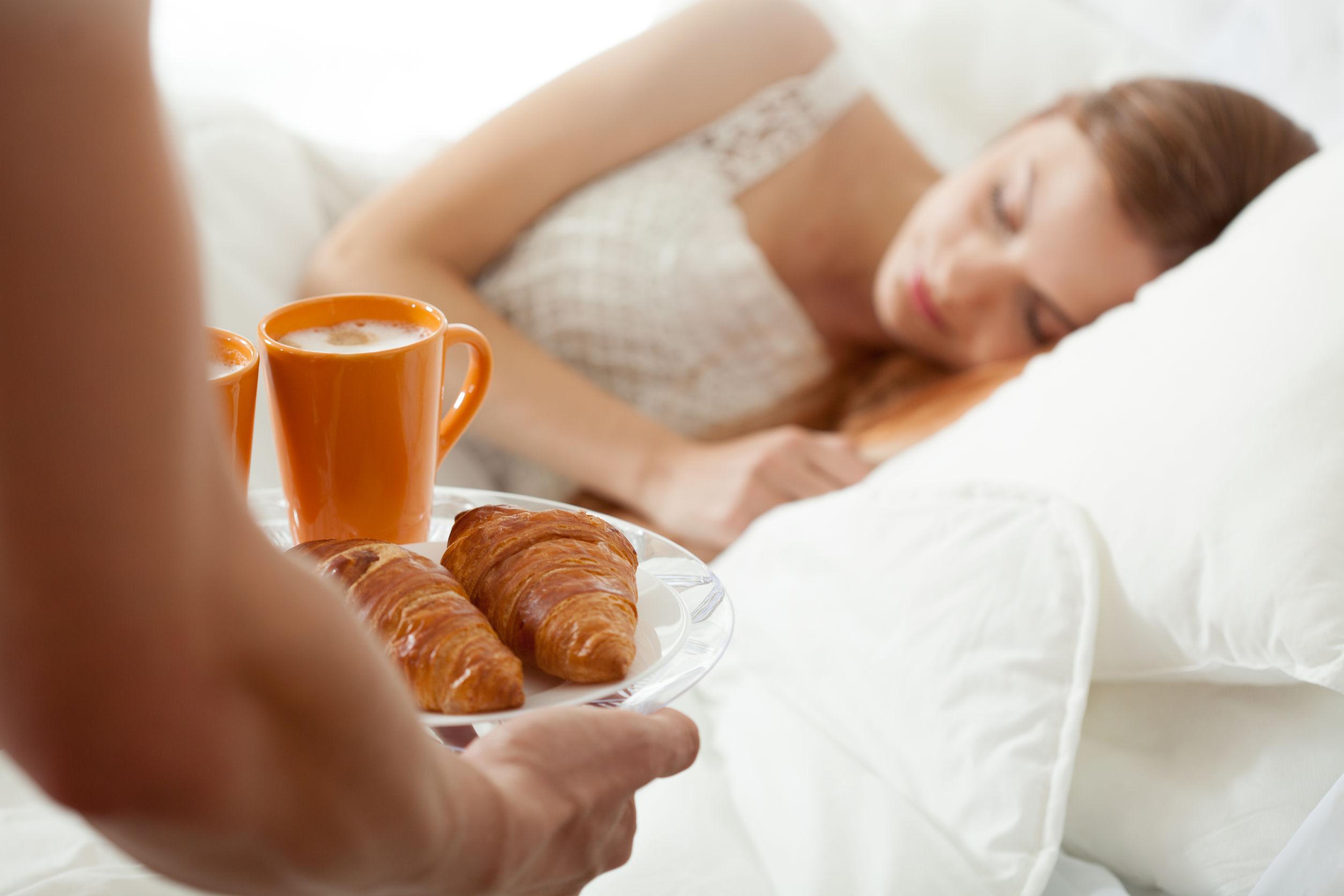 девушка приносит кофе в постель парню картинки решила