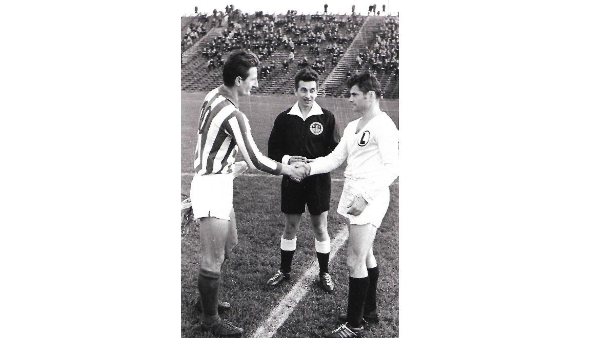 1965 rok, mecz Pucharu Polski Warta Poznań - Legia Warszawa, na zdjęciu Tadeusz Błażejewski i Lucjan Brychczy