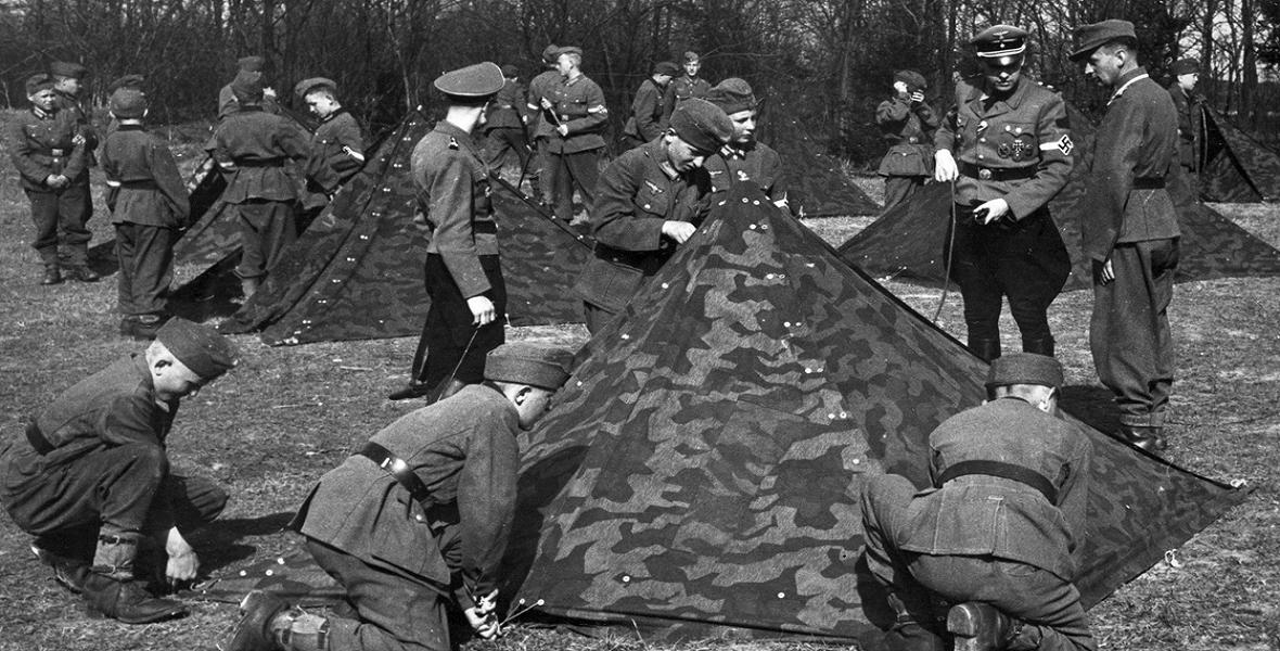 Obóz Hitlerjugend w Kobierzynie. Młodzież pod nadzorem przełożonych rozbija namioty wojskowe.
