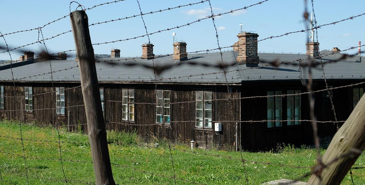 Od września 1943 roku strażniczki obozu koncentracyjnego na Majdanku mieszkały w baraku tuż za drutami pola kobiecego.