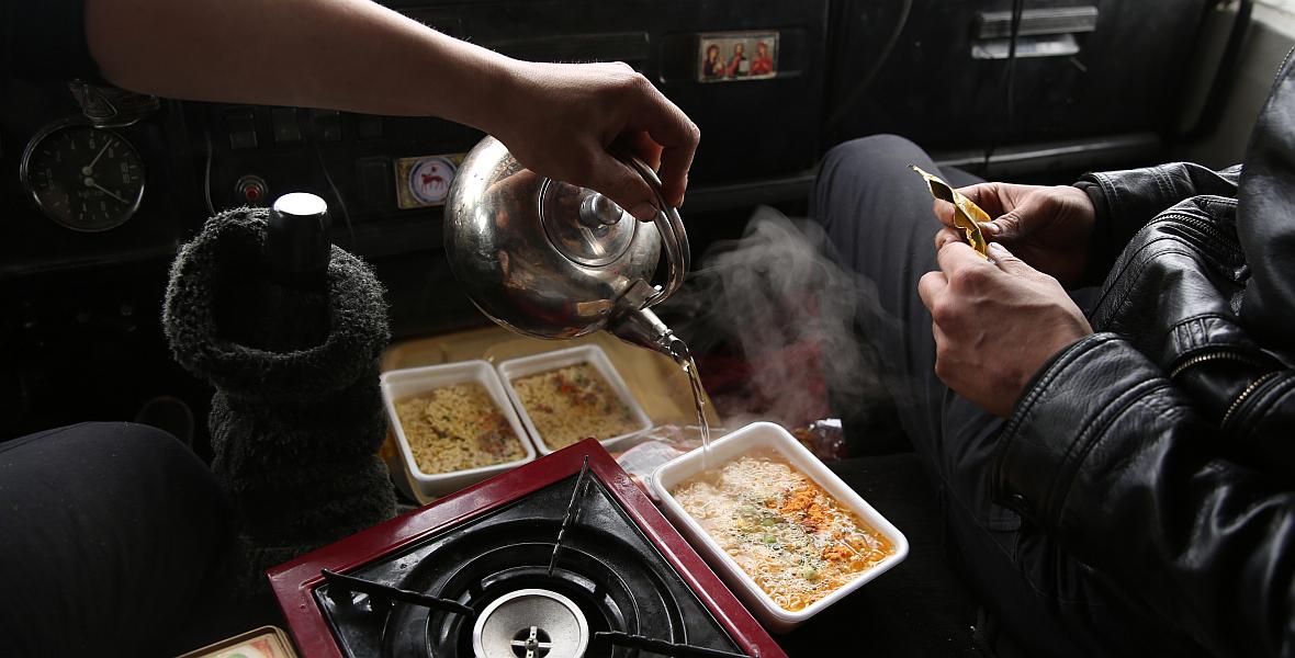 Chociaż wiozą ze sobą kilkanaście ton żywności, sami żywią się zupkami chińskimi i kiełbasą. Coś jeść trzeba.