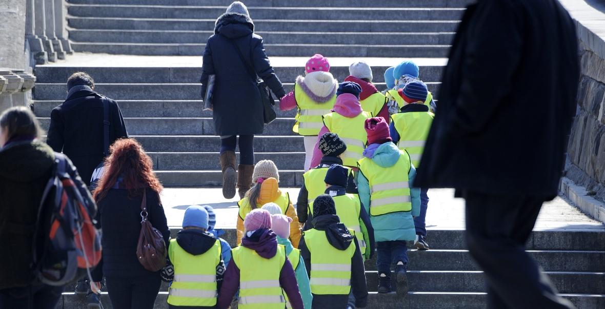 Wycieczka dzieci - wszystkie w kamizelkach - na Placu Zamkowym