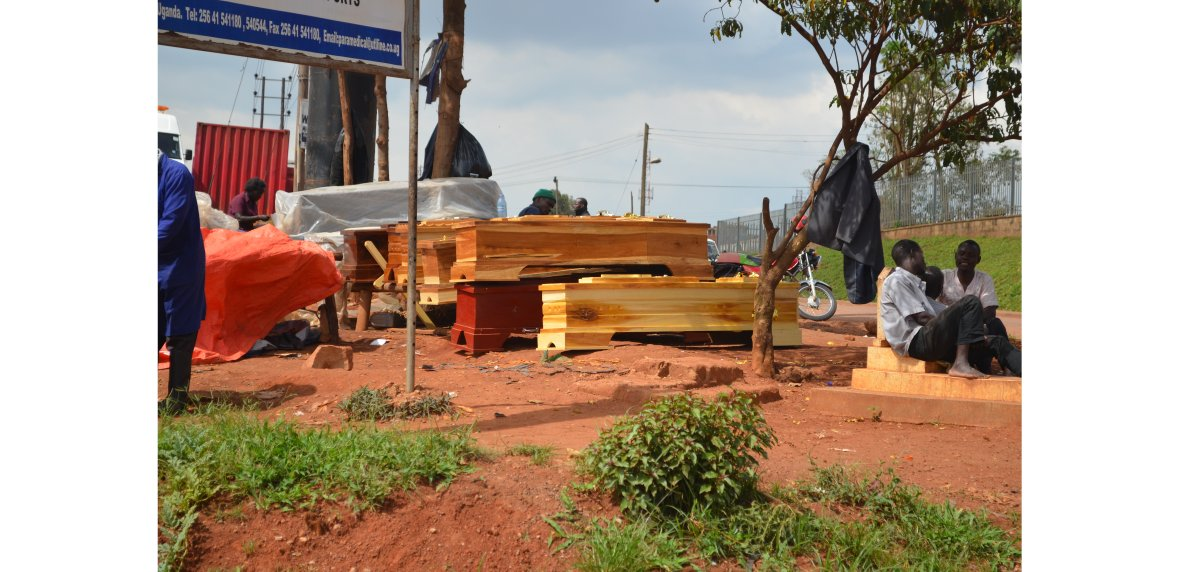 Sprzedawcy trumien przy szpitalu w Kampali