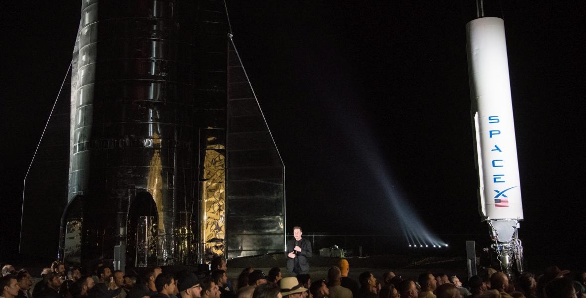 Miliarder Elon Musk, szef Tesli i SpaceX, prezentuje prototyp statku kosmicznego Starship, który ma zawieźć ludzi na Marsa