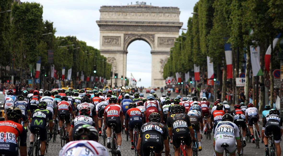 Peleton Tour de France podczas etapu na Polach Elizejskich