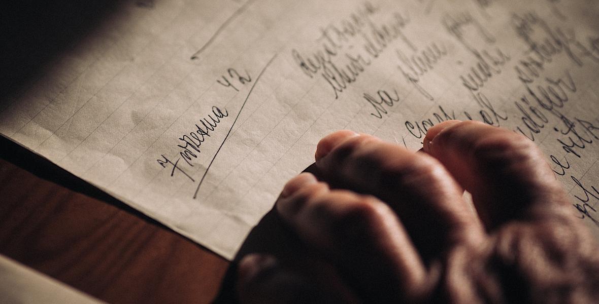Tomasz Najder, syn ocalałego Żyda z Kołomyi Marcelego Najdera, przegląda rękopisy ojca z czasów wojny.
