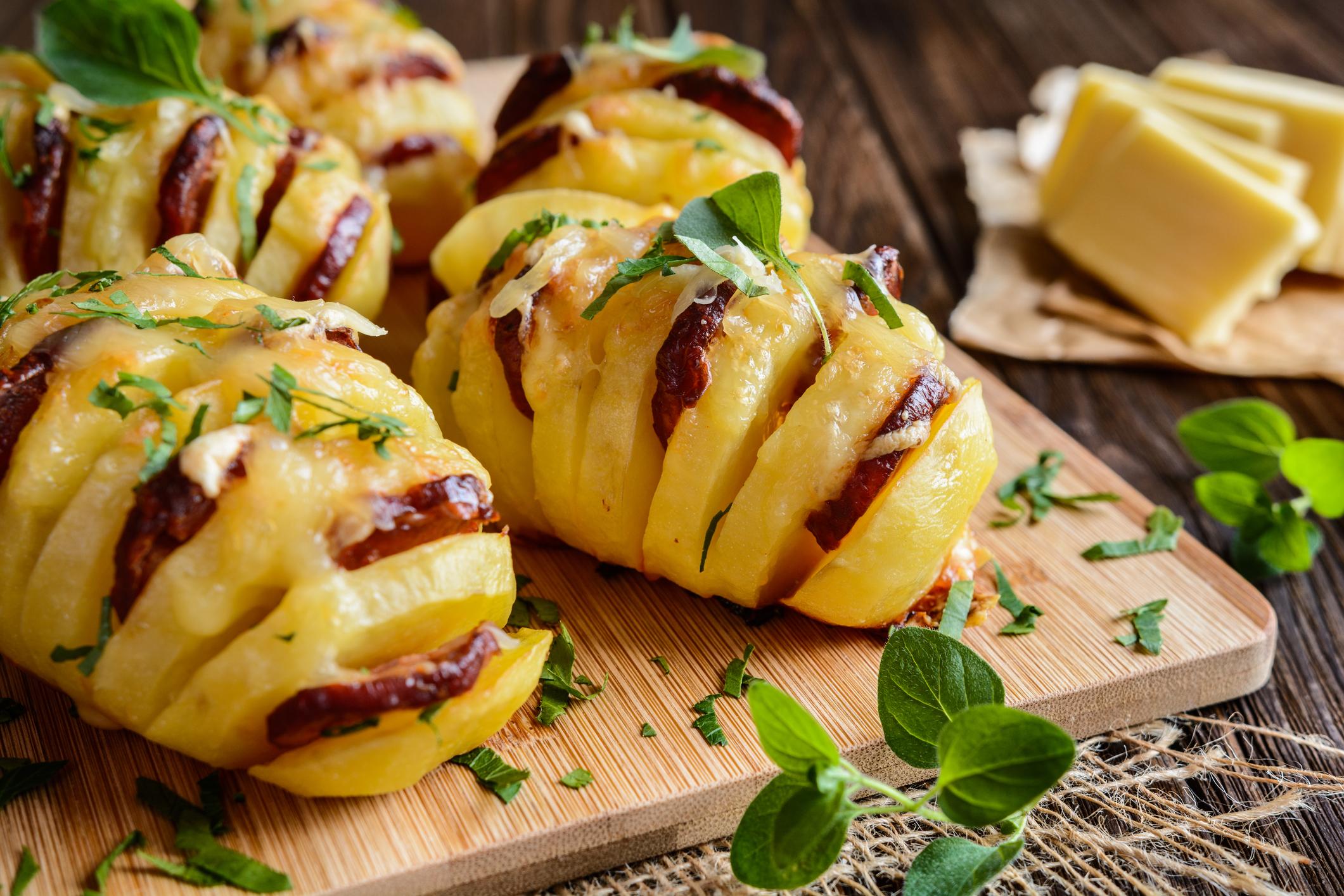Zapiekane ziemniaczki z kie bas czosnkiem i serem prosty hit z grilla lub piekarnika - Chorizo a griller recette ...